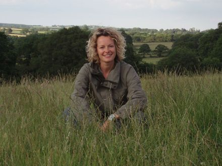 800px-Kate_Humble_-_Springwatch_farm_(publicity_pic)_15June2006
